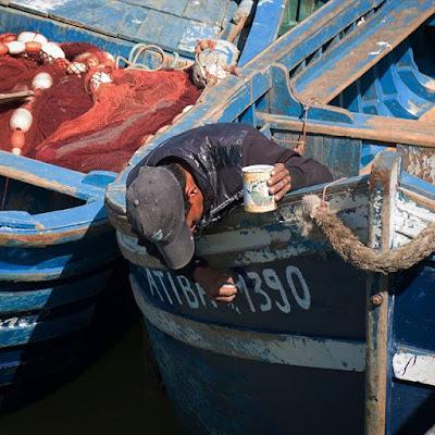 Pintando la barca en Essaouira