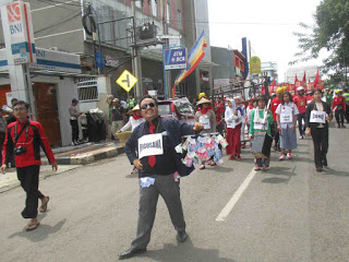May Day. Buruh Subang Gelar Aksi Long March Hingga Donor Darah