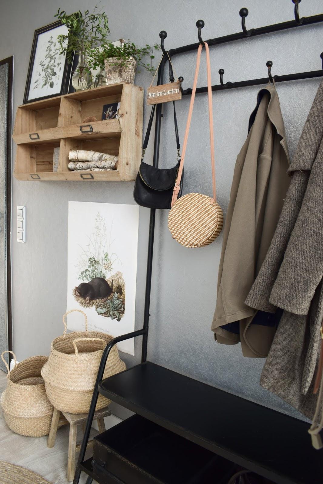 Garderobe Ideen für Flur Einrichtung Dekoidee aufbewahren natürlich wohnen umweltfreundlich Vorhang Teppich Holz Körbe aus Sisal