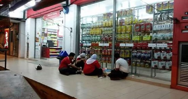 Majikan Tidak Sedia Tempat,Pekerja Berbuka Puasa Di Kaki Lima? - Trending - Hari Raya 2016