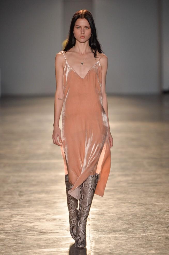 0d3ef1dc7 Longos, fluídos e com alças super finas, esses vestidos são para lá de  sensuais mas podem muito bem serem levados para qualquer lugar no seu dia a  dia.