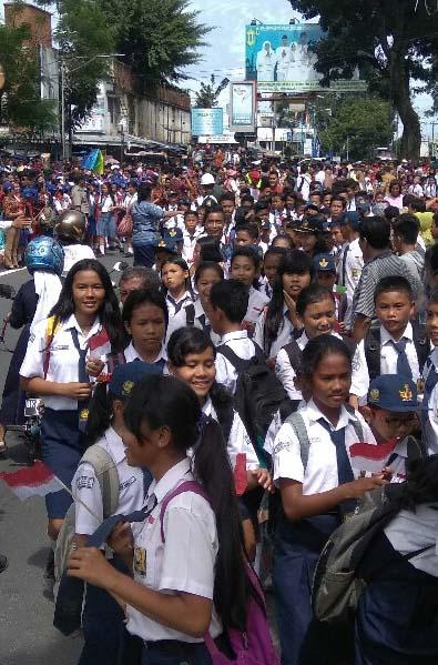 Ribuan murid sekolah dan warga tumpah ruah ke jalan menyambut kedatangan Jokowi