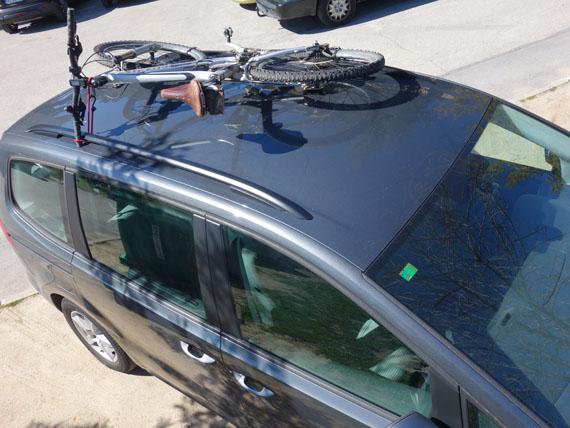 bici encima del coche sin portabicis, solo con las barras longitudinales