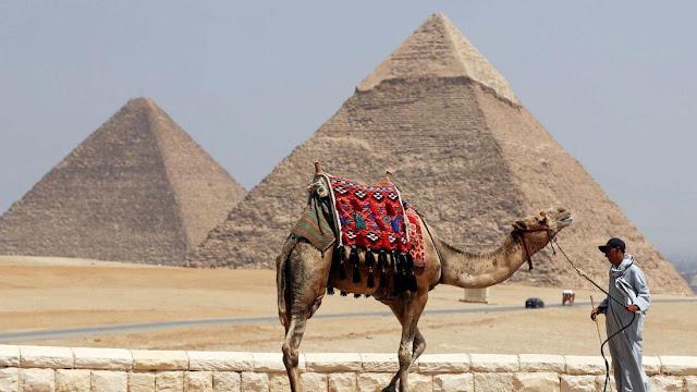 Ba kim tự tháp chính được xây làm lăng mộ của các Pharaon Khufu, Khafre và Menkaure. Kim tự tháp của Khufu (còn được gọi là Kim tự tháp Giza vĩ đại) là lớn nhất và có niên đại khoảng 4.500 năm. Trước các kim tự tháp là tượng Nhân sư.