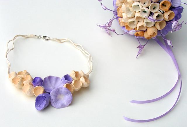 bouquet e collana da sposa ecrù e lilla , con fiori di carta dipinti a mano