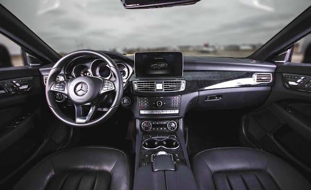 Bảng taplo Mercedes CLS 400 2017 được thiết kế nổi bật với điểm nhấn là màn hình màu TFT 8-inch