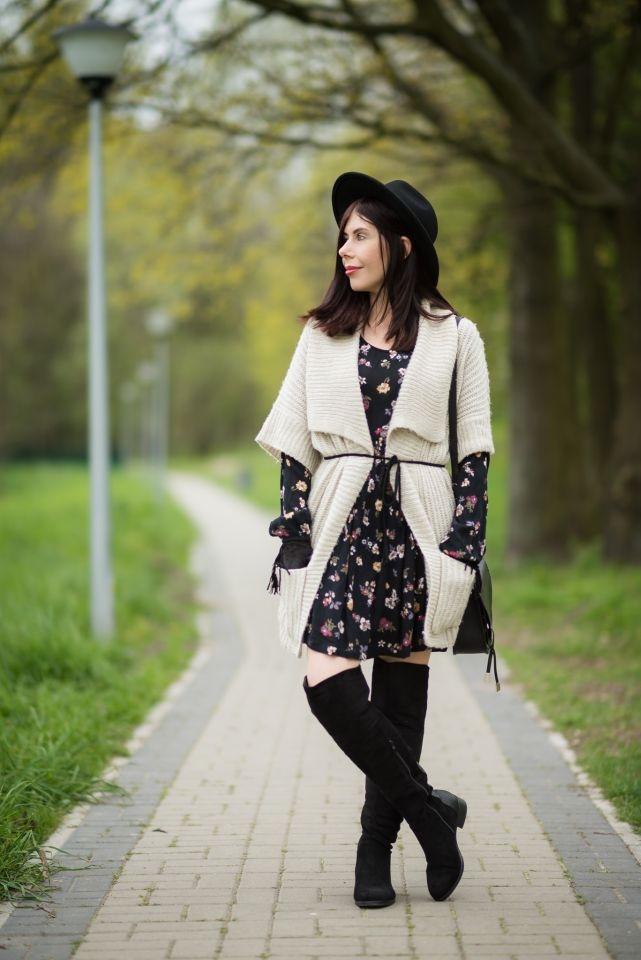 sukienka w kwiaty na wiosnę | boho sukienka w kwiaty | jak nosić sukienkę w stylu boho? | kwiaty znowu modne | stylizacja z kapeluszem | blogerka w kapeluszu | muszkieterki | stylizacja z kozakami za kolano | frędzle | blog modowy | blog o modzie | blog szafiarski | blogerka z Łodzi