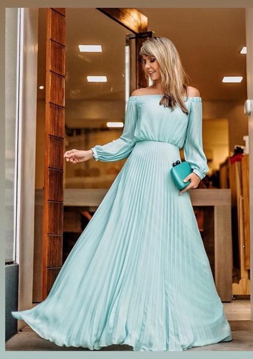 vestido de festa longo verde com manga longa e saia plissada