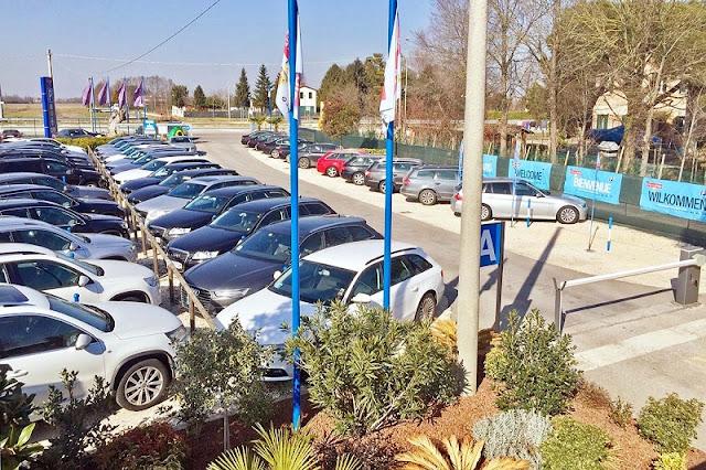 Carros parados em estacionamento de Veneza