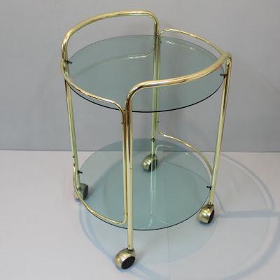 Carrito o mesa camarera en metal dorado.