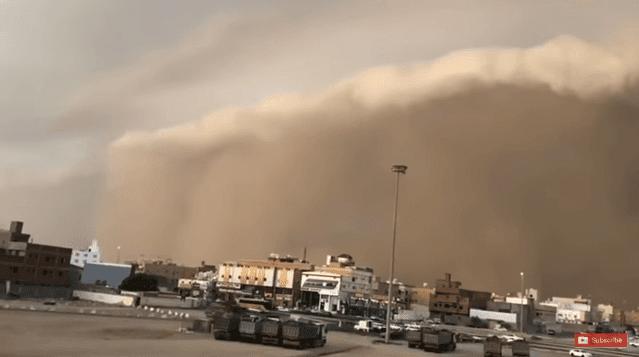 بالفيديوا مشاهد حصرية و مرعبة لاعصار مكونو الذي خلف 7 قتلى و 45 مفقودا في اليمن و يتجه الى السعودية