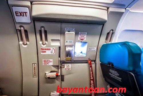 Điều gì xảy ra nếu mở cửa thoát hiểm lúc đang bay