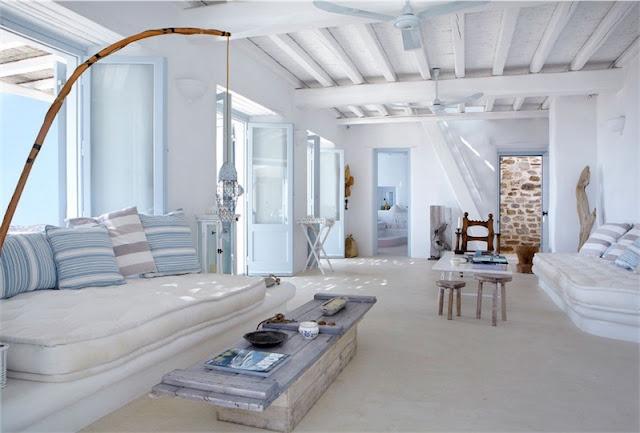 interior mediterraneo en blanco y azul celeste mykonos chicanddeco