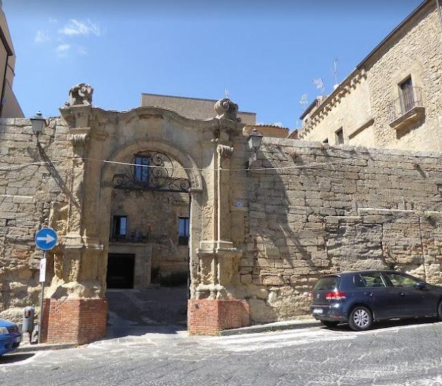 portale d'ingresso di palazzo pollicarini