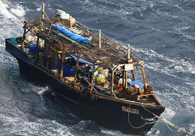 Barco fantasma rebocado. Pesqueiros nortecoreanos carecem de instrumental essencial para sobreviver