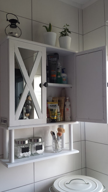 biała drabina w łazience, biała szafka łazienkowa, biała szafka łazienkowa z lustrem, czarno biała łazienka, drewniana szafka łazienkowa, kosz Knodd Ikea, skandynawska szafka łazienkowa, szprosy X,