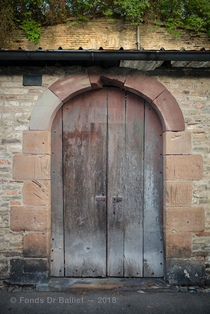 """Neuf-Brisach — Accès au magasin vivre (""""Proviant-R"""", en rouge dans le quart supérieur de la porte)… Notez les traces d'affûtage sur l'encadrement adjacent"""