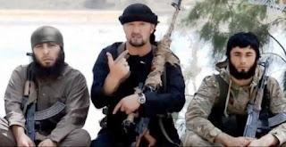 En Siria muy pocos dudan de esas teorías y en Rusia es común oír declaraciones en el mismo sentido. Sus defensores sostienen que hay demasiados cabos sueltos. Uno de los personajes que estos días ha saltado a la primera línea es Gulmurod Khalimov, un coronel de Tayikistán especializado en la lucha antiterrorista que ahora viste el uniforme negro del Estado Islámico y ha asumido un cargo militar relevante en la organización.
