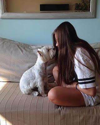 pose con perro en la cama