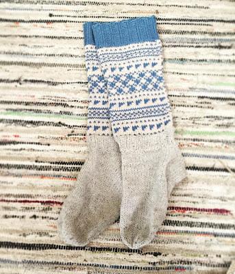 siniharmaat pitkävartiset villasukat räsymatto