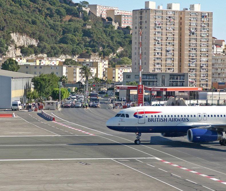 El aeropuerto de Gibraltar, el único aeropuerto atravesado por una carretera | España