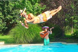 Mexikanischer Bart und Sombrero - Zwei Männer lustig im Pool