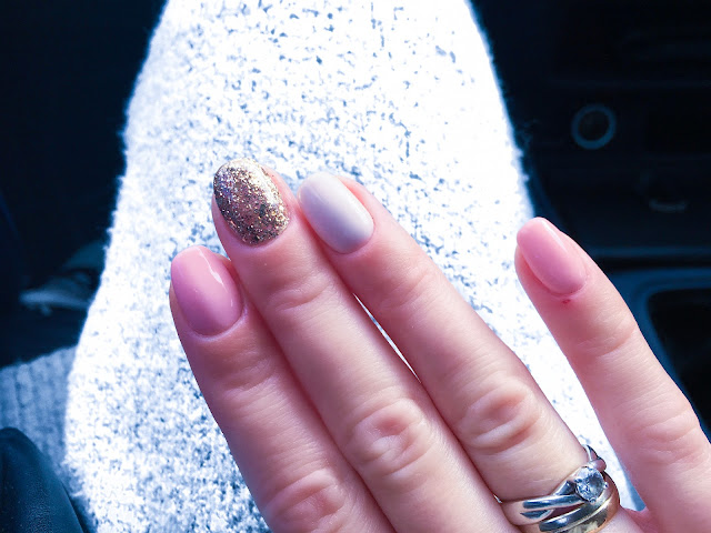 letni hybrydowy manicure