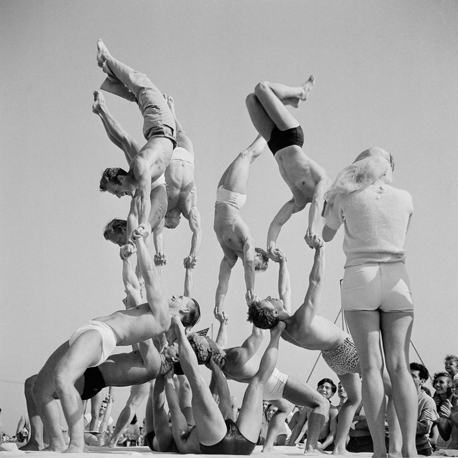 The weight benches, parallel bars and gymnastics rings soon became a magnet for athletes, acrobats and famous bodybuilders.