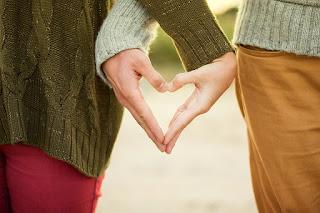 صورة قلب بالايد اليد للاحباب