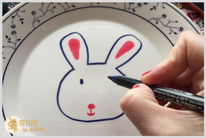 Ir haciendo los detalles del conejo con diferentes colores. Pintar la cara cuidando la expresión