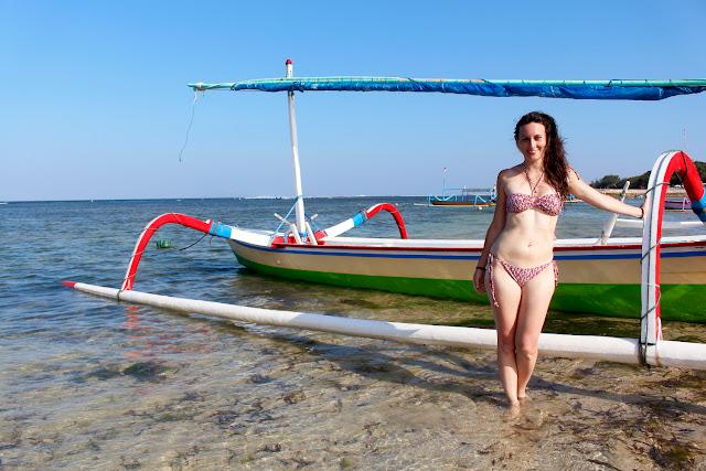 Lena delante de un Sanur Beach (Bali)