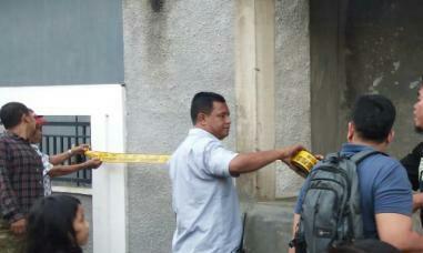 Polisi memasang police line di lokasi penemuan mayat bayi perempuan.
