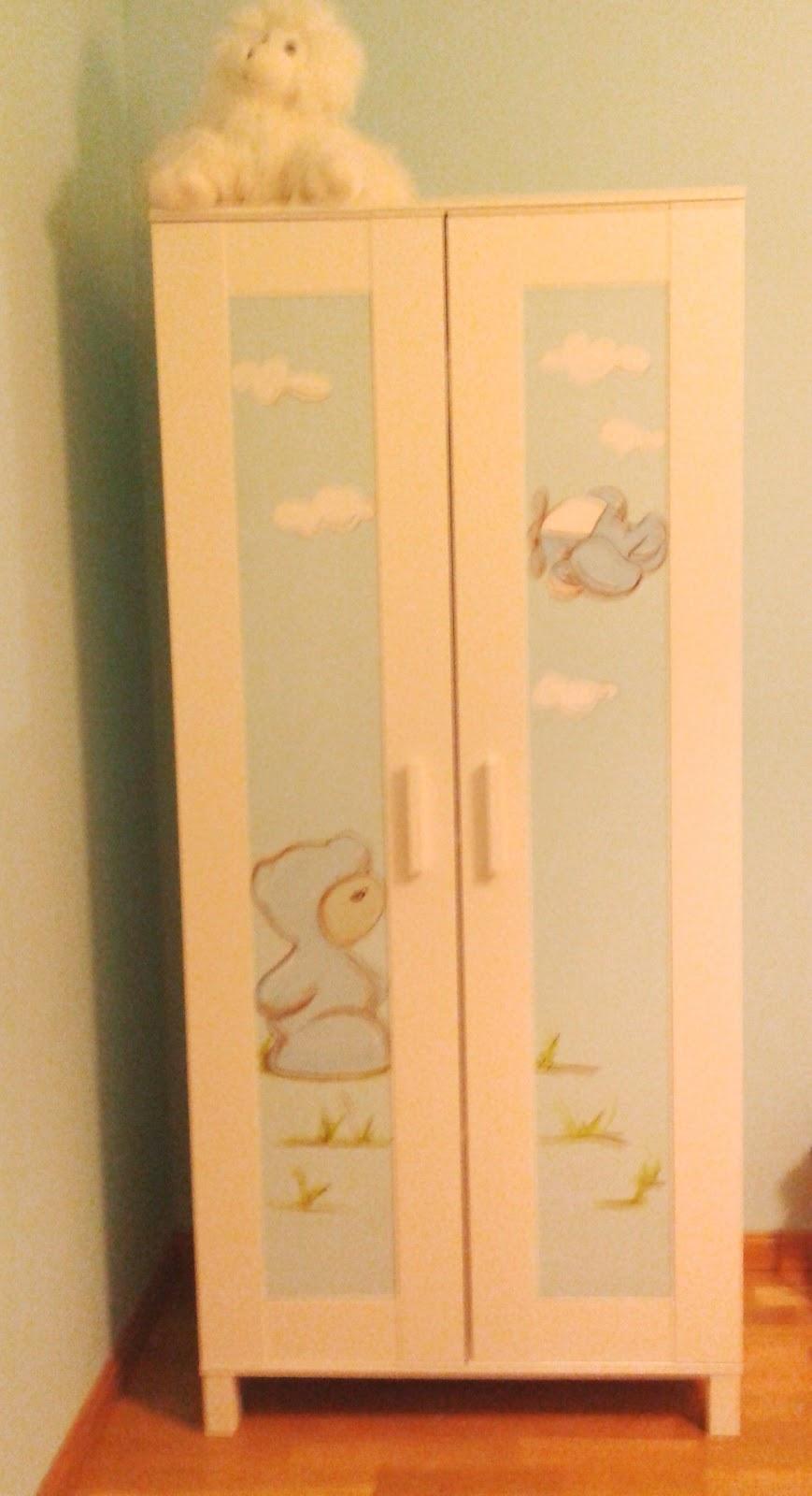 Deco Chambre Bebe Decorer Armoire Ikea Avec Un Papier Peint
