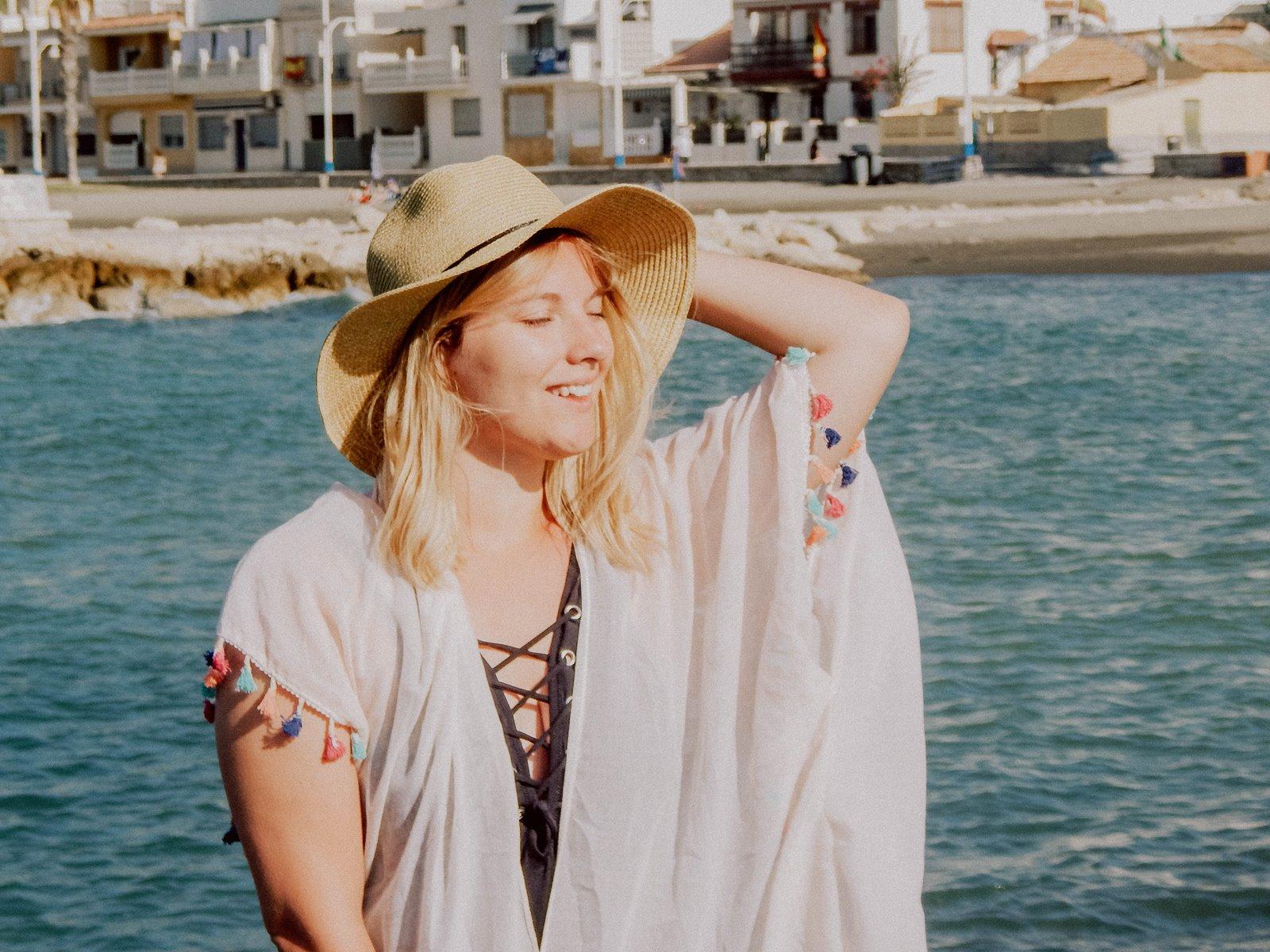 4 szaleo wakacje w maladze malaga jak spędzić wakacje co zobaczyć stylizacja na plaże pareo składany kapelusz słomkowy modne dodatki na wakacje na plażę z frędzlami z pomponami hiszpania polski kraj język ceny outfit
