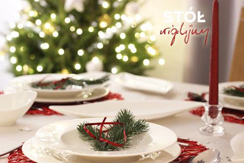 Aranżacja stołu wigilijnego - biel, czerwień i gałązki świerku 🎄 - czytaj dalej »