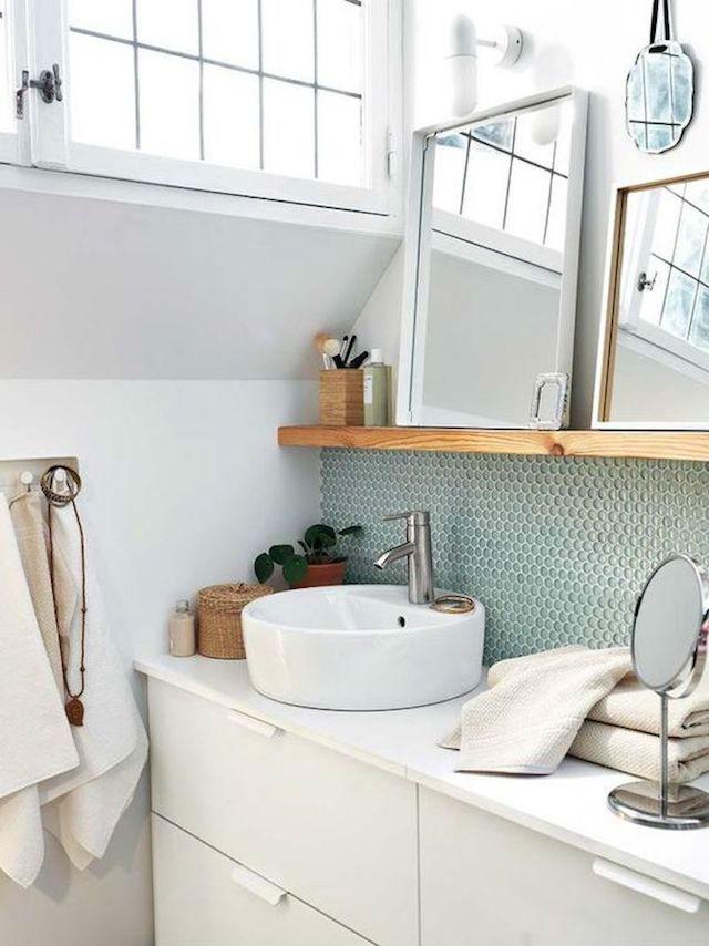 10 ideas para renovar el baño por menos de 100€, baño con repisa y colección de espejos