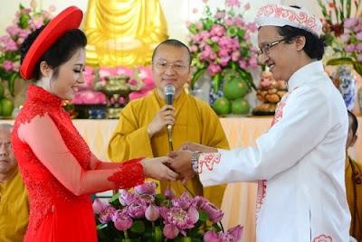 Cặp đôi trao nhẫn cưới cho nhau trong nghi thức lễ cưới theo tín ngưỡng Phật giáo