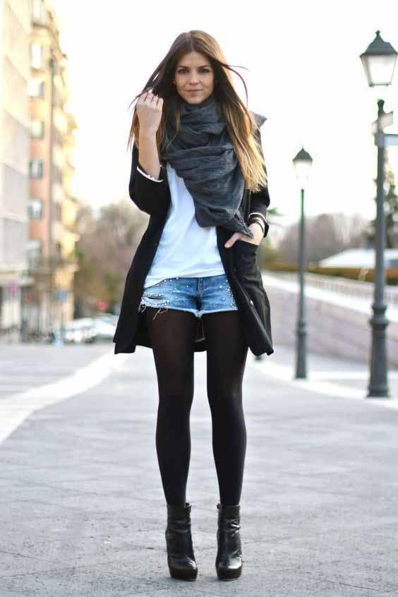 Short jeans, tshirt, meia calça e trench coat