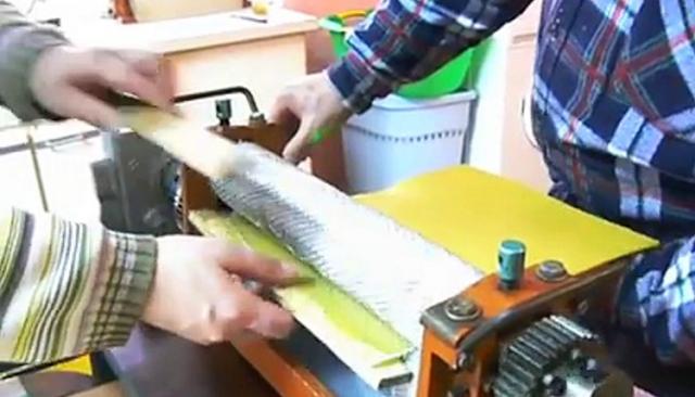 Παραγωγή φύλλων κηρήθρας: Δείτε πως τις τυπώνει το μηχάνημα VIDEO