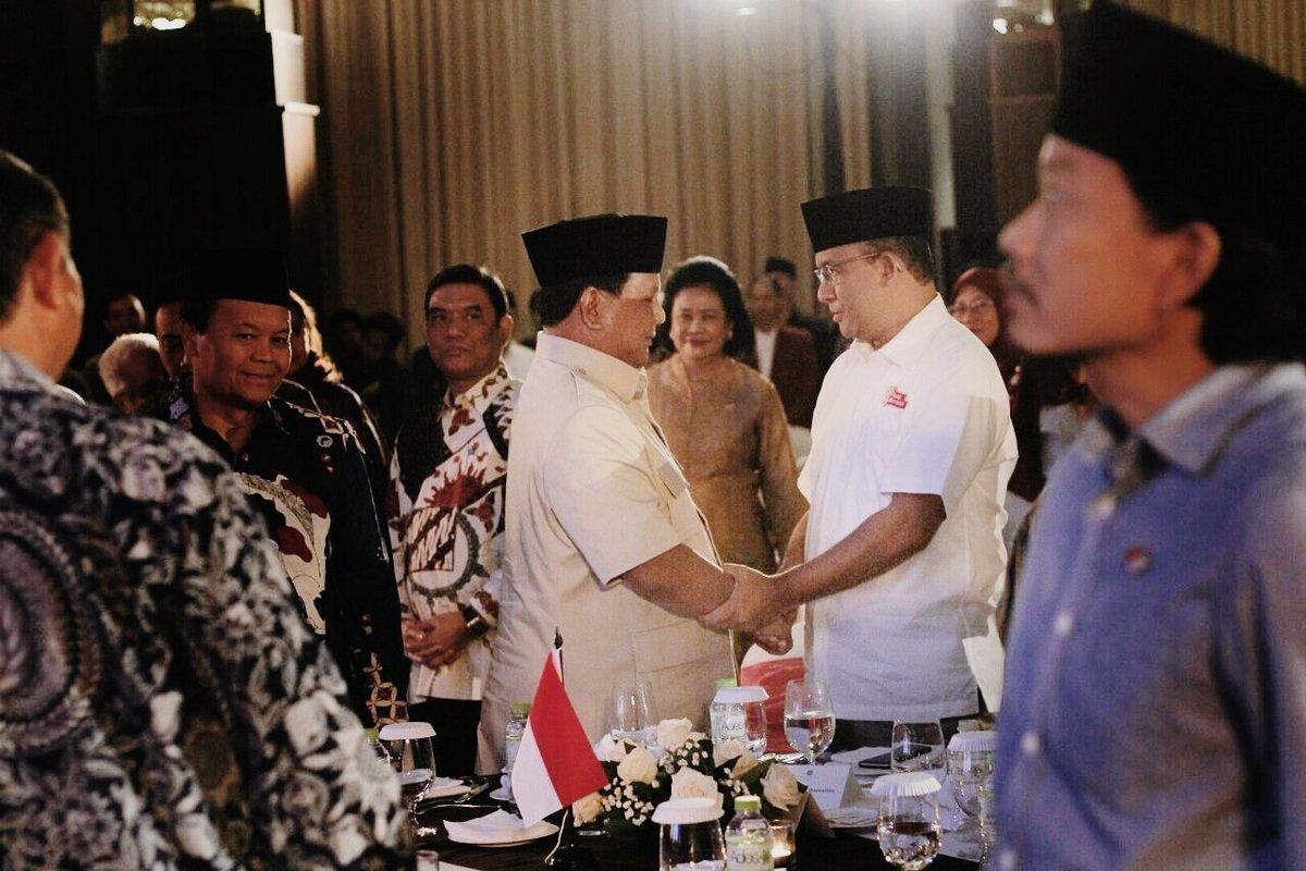 Anies Baswedan dan Prabowo bersalaman