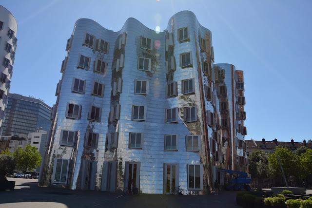 Medienhafen Dusseldorf Gehry extreem silver