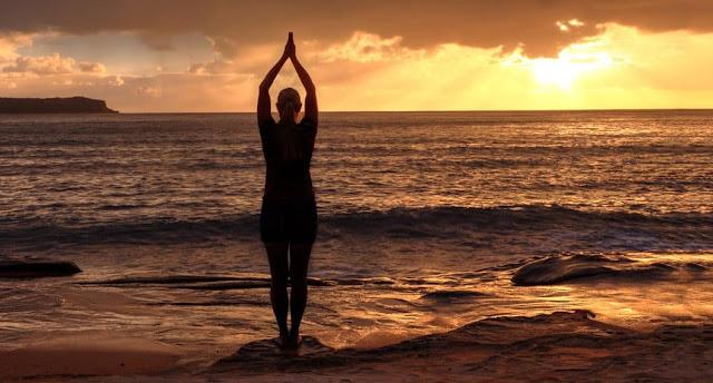 Tadasana es generalmente la posición de partida para todas las posturas de pie. Pero también es útil practicar esta postura sola. Permanece en esta posición de yoga de 30 segundos a 1 minuto, respirando con facilidad.
