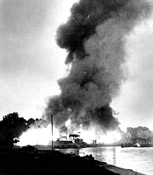 Puerto de Danzig en llamas después de un ataque de bombarderos aliados en la Segunda Guerra
