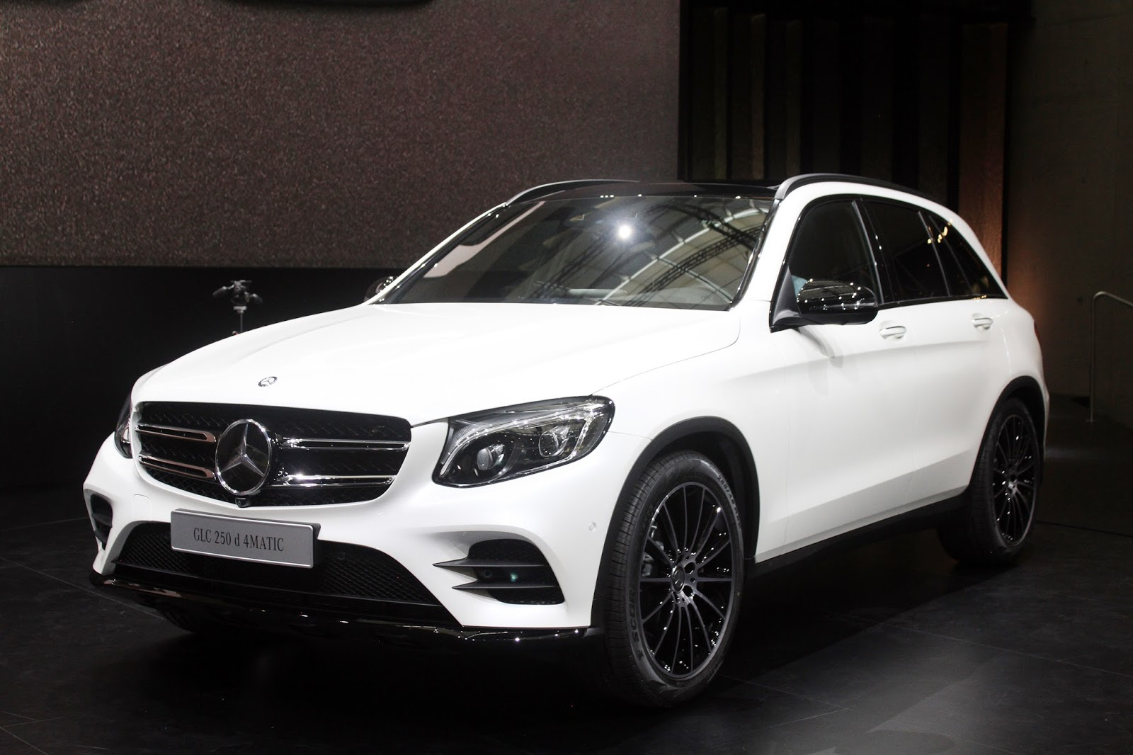 automotiveblogz mercedes benz glc 250d 2015. Black Bedroom Furniture Sets. Home Design Ideas