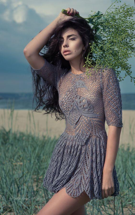 sukienka szydelkowa z pawiem