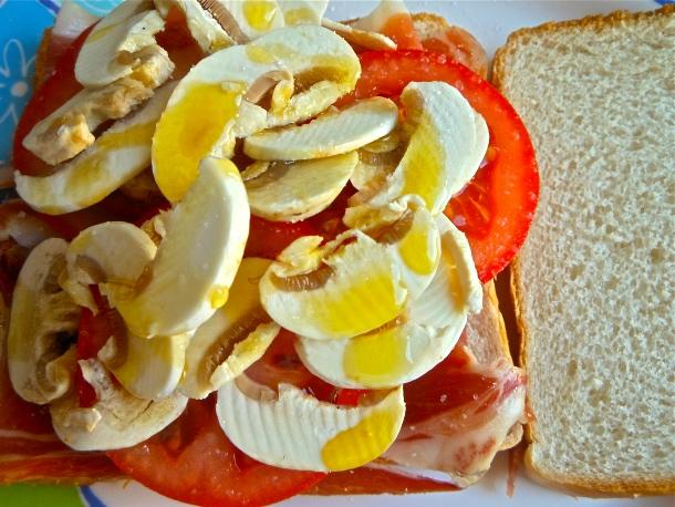 Sandwich de jamón serrano y champiñones