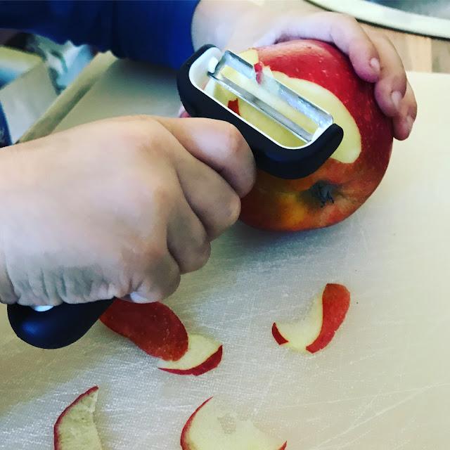 Jannes schält einen Apfel... DER kann das!