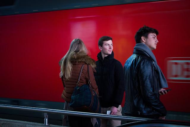 Wartende Menschen im Düsseldorfer Hauptbahnhof - Andreas Blauth Fotografie