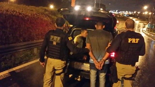 Trio é preso com carro roubado após apresentar documento falso