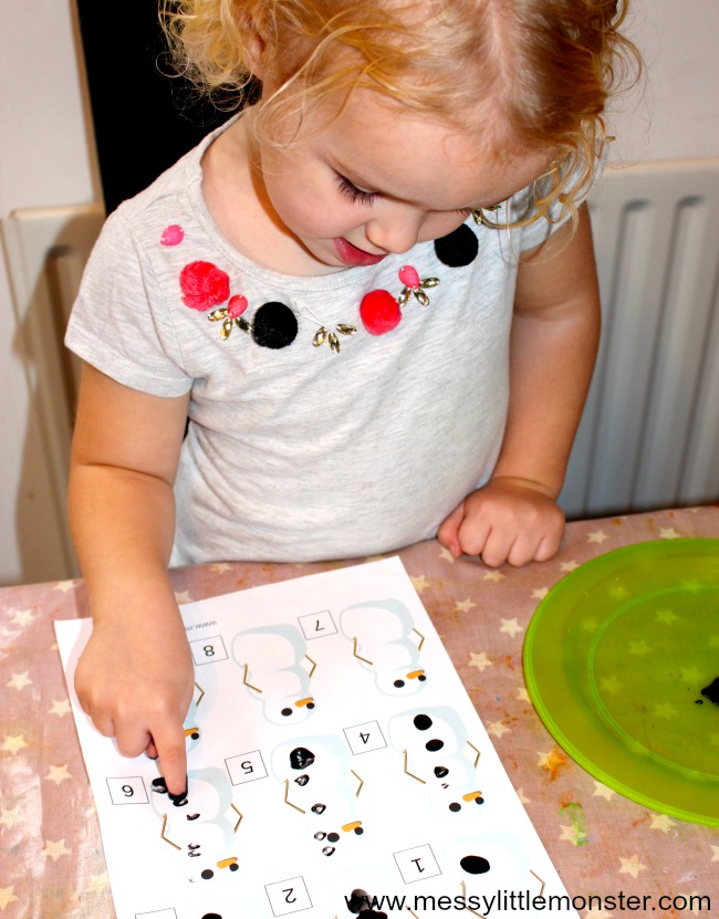 Snowman counting activity. A fun fingerprint counting idea for toddlers and preschoolers